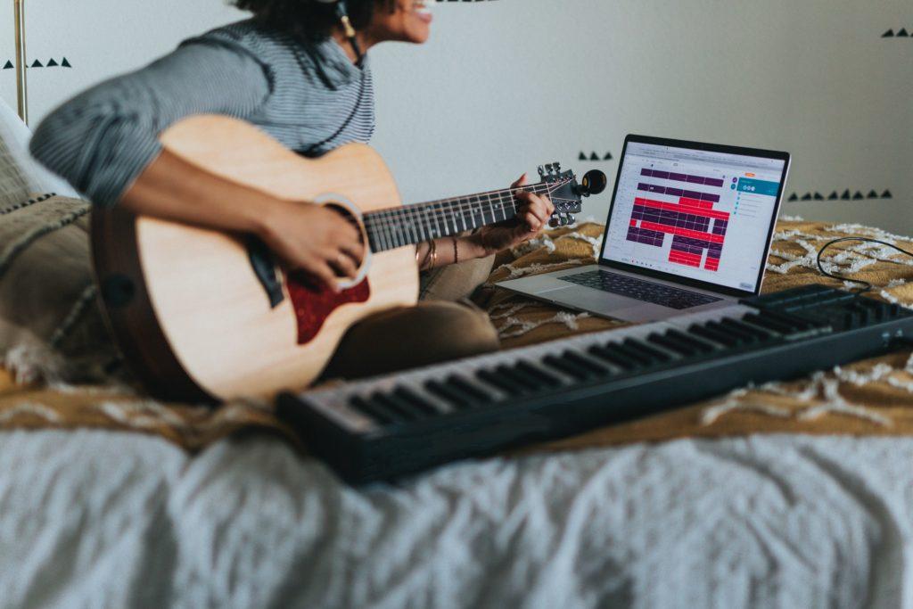 hacer-cancion-guitarra-teclado-ordenador