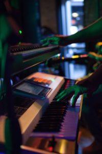 Músico y sintetizadores