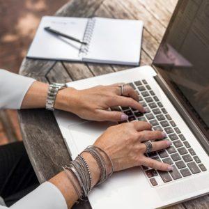 Escribiendo en un portátil
