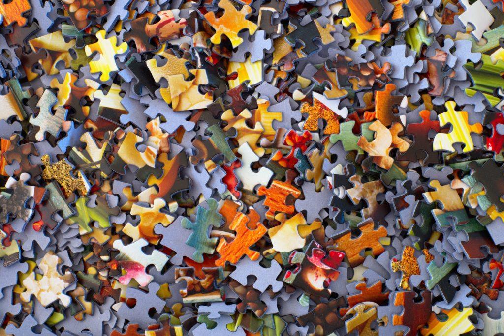 Piezas de puzzle por montar