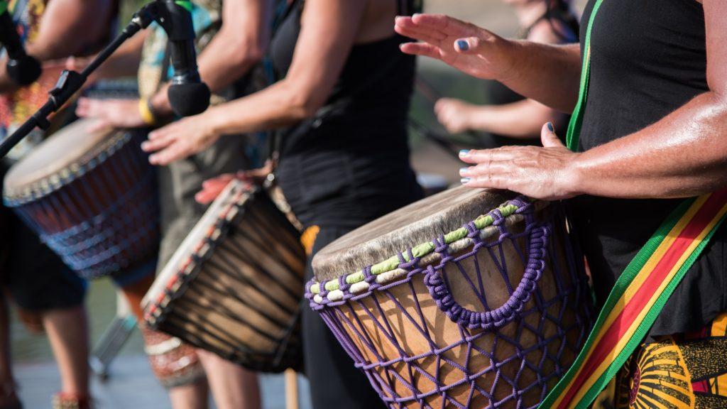 Humanos y percusión