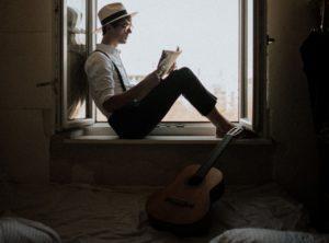 guitarra y lector