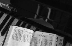 piano y libro