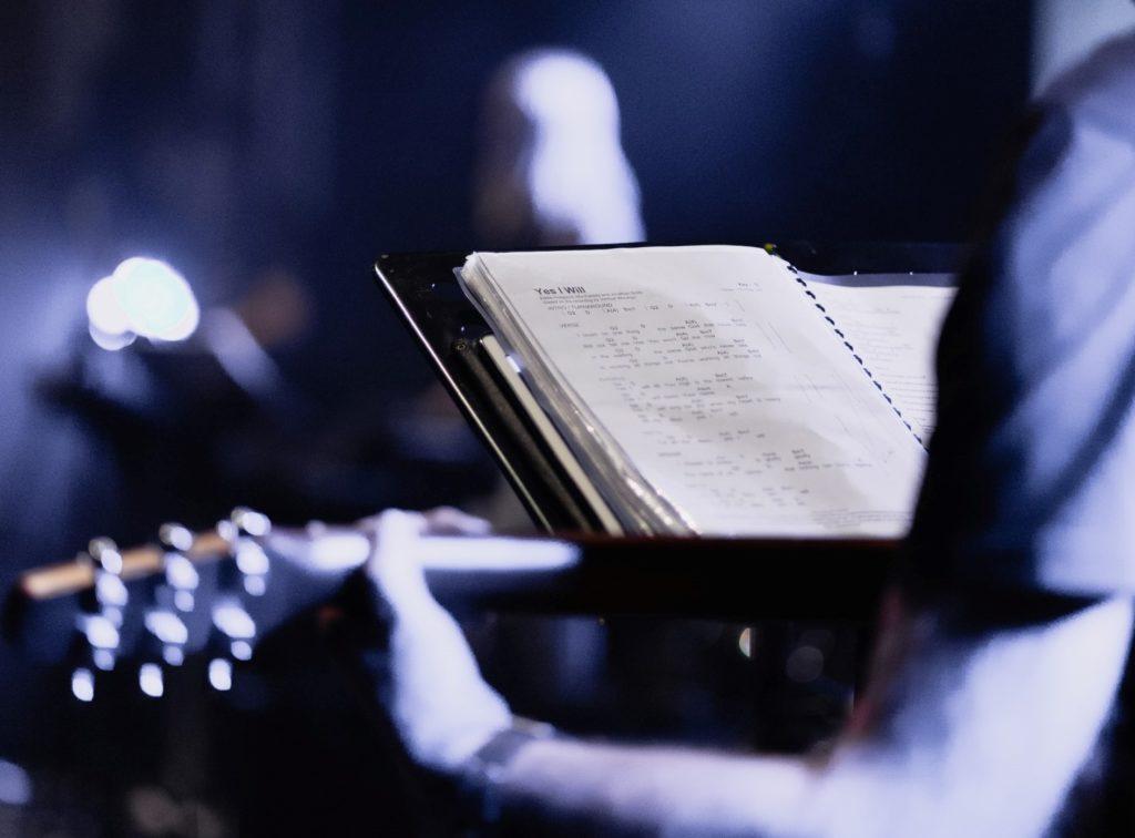 Músico guitarrista y partitura